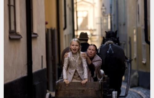 Selma (Pia Runnakko, oik.) vie Iristä (Agnes Koskinen) kohti Eckeröä. Kuva: Stefan Bremer.