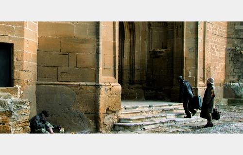 Comaz (Hugo Wirz) ja Ignacio (Nacho Angulo) kohtaavat tulimiehen (Ramon Zuriarrain, vas.) kirkkokukkulalla. © Rax Rinnekangas.