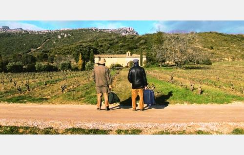Ignacio (Nacho Angulo), Comaz (Hugo Wirz) ja kappeli Remellurin viinitilalla. © Rax Rinnekangas.