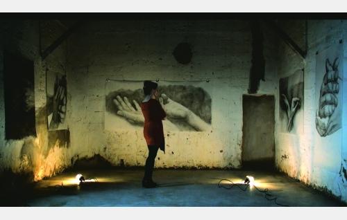 Kädet-piirustussarjan malli Lucía (Celia de Juan Hatchard) taidemaalari Comazin ateljeessa La Manchassa Espanjassa. © Rax Rinnekangas.
