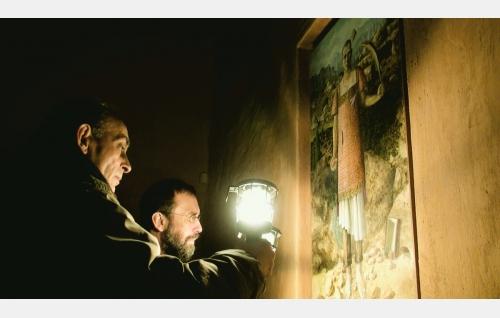 Ignacio (Nacho Angulo) ja Comaz (Hugo Wirz) pyhimyskuvan edessä kappelissa. © Rax Rinnekangas.