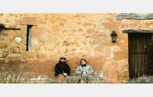 Comaz (Hugo Wirz) ja Ignacio (Nacho Angulo) kappelin seinustalla. © Rax Rinnekangas.