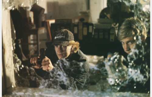 Nuoret rikolliset Tony Esaias Vaapukka (Santeri Kinnunen) ja Patrick (Samuli Edelmann) ryöstökeikalla.