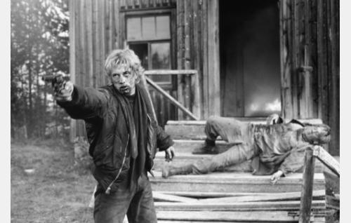 Tony Santeri Kinnunen) pelastaa Patrickin (Samuli Edelmann) palavasta talosta.