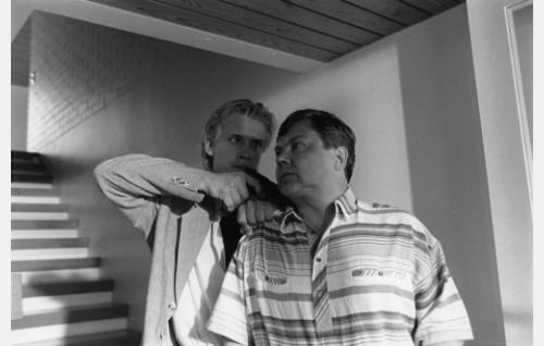 Tony (Santeri Kinnunen) ryöstämässä rahaa Arvid Mattsonin (Juha Muje) avulla.