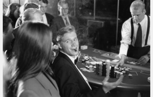 Patrick (Samuli Edelmann) ja Tony  (Santeri Kinnunen) huijaavat kasinolta rahaa.