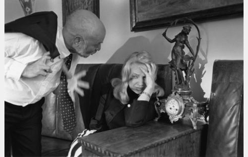 Edvard Roivas (Stig Fransman) läksyttämässä vaimoaan Kaarinaa (Katariina Kaitue).