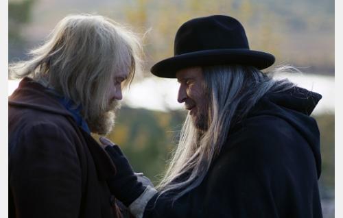 Nikolas (Hannu-Pekka Björkman) ja Iisakki (Kari Väänänen) hyvästelevät toisensa.