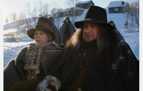 Puuseppä Iisakki (Kari Väänänen) noutaa 13-vuotiaan Nikolaksen (Otto Gustavsson) apupojakseen.