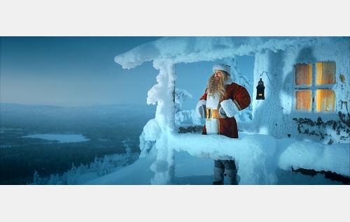 Nikolas (Hannu-Pekka Björkman) joulupukkina.