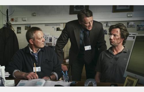 Huumeryhmän etsivä Gustafsson (Johan Fröberg), komisario Hautavainio (Ilkka Heiskanen) ja yksityisetsivä Vares (Antti Reini). Kuva: Solar Films Inc. Oy.