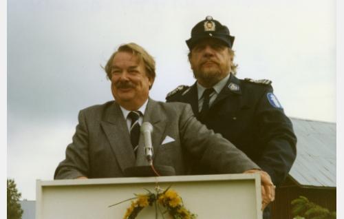 Vt. kunnanjohtaja (Martti Tschokkinen) ja nimismies, palopäällikkö (Leo Lastumäki).