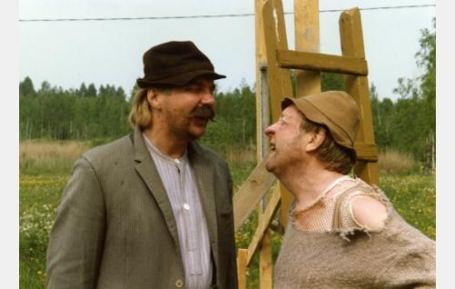 Isäntä Töppö (Pirkka-Pekka Petelius) ja Hugo Turhapuro (Olavi Ahonen).