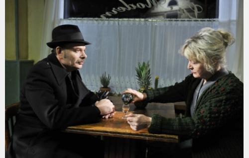 Monet (Jean-Pierre Darroussin) ja Claire (Elina Salo). Kuva: Marja-Leena Hukkanen. © Sputnik Oy.