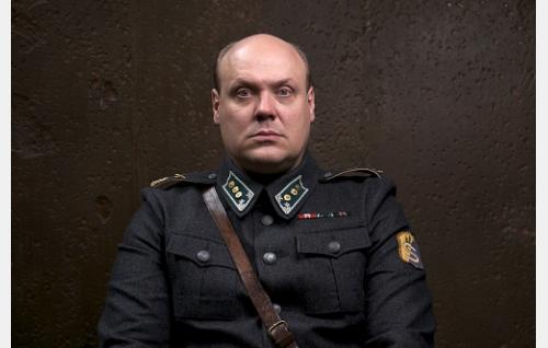 Kapteeni Toivo Suominen  (Hannu-Pekka Björkman).