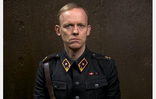 Vänrikki, tohtori Kastari (Marcus Groth).