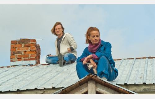 Ville (Lauri Tanskanen) ja Salla (Elín Petersdóttir). Kuva: Pystymetsä Oy.