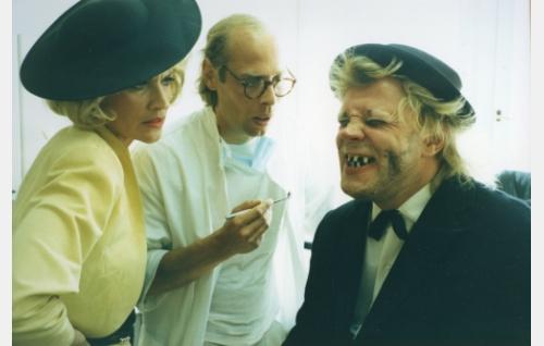 Gunhild Donnersdotter (Hannele Lauri), hammaslääkäri (Vesa Vierikko) ja Uuno Turhapuro (Vesku Loiri).