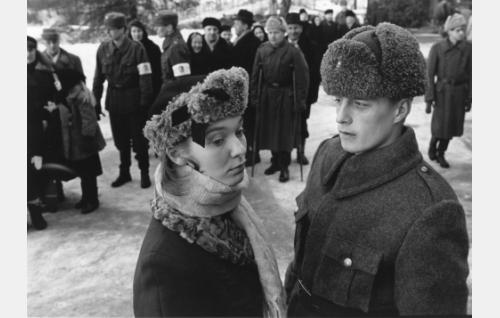 Paavo Hakala (Konsta Mäkelä) hyvästelee morsiamensa Ylisen Annan (Tarja Heinula) ennen sotaan lähtöä.