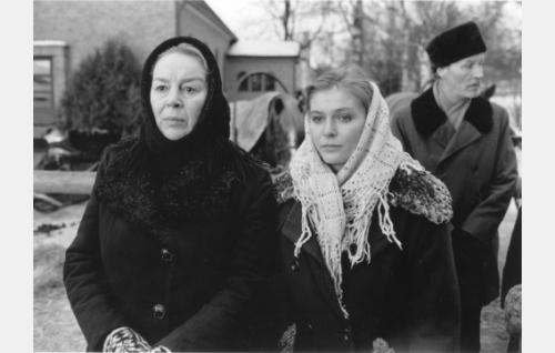 Liisa Hakala (Leena Suomu), Marjatta Hakala (Pirkko Hämäläinen) ja Ylisen isäntä (Kalevi Kahra) saattelemassa miehiä sotaan.
