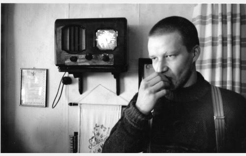 Martti Hakala (Taneli Mäkelä) lomalla käymässä.