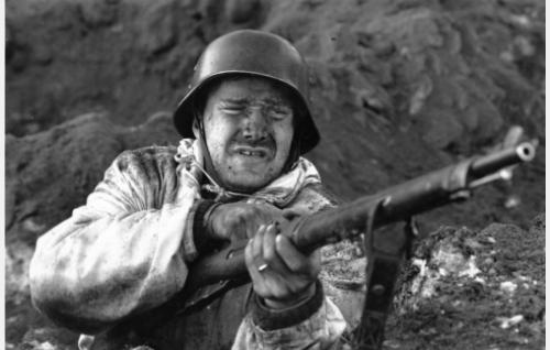 Martti Hakala (Taneli Mäkelä) neuvostoliittolaisten tykistökeskitysten yltyessä.