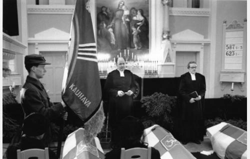 Sankarihautajaiset Kauhavan kirkossa (papit Simo Kaappola ja Risto Mäki).
