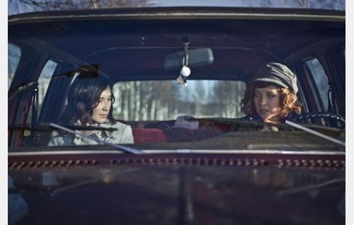 Laura (Sibel Kekilli) ja Riina (Sanna-June Hyde).