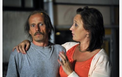 Jari (Konsta Mäkelä) ja Tuula (Wanda Dubiel). Kuva: Jolle Onnismaa.