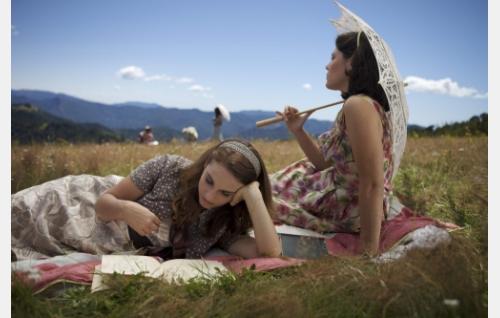 Cabella (Gwendolyn Anslow) ja Maria (Joana Cartocci). Kuva: Harmaa Media Oy.