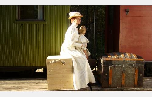 Hanna (Birthe Wingren) on palannut Amerikasta takaisin Siklaxiin. Sylissä tytär Ida (Joanna Wingren).