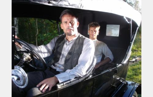 Johannes (Nicke Lignell) auttaa Ottoa (Peter Kanerva) pakenemaan poliisin kynsistä.