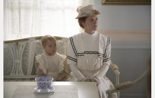 Hanna Näs (Birthe Wingren) ja hänen tyttärensä Ida (Joanna Wingren).