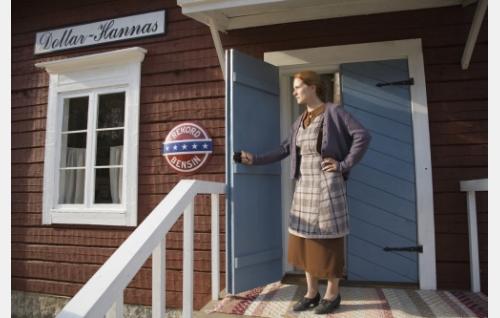 Hanna (Birthe Wingren) kauppansa portailla.