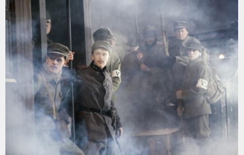 Lapsuuden ystävykset Otto (Peter Kanerva) ja Erik (Andre Wickström) junanvaunun portailla matkalla kansalaissodan taisteluihin.