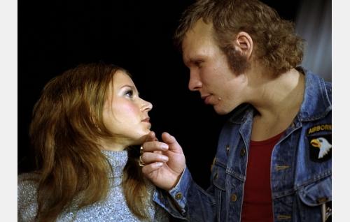Paula (Mervi Takatalo) ja Remu (Eero Milonoff).