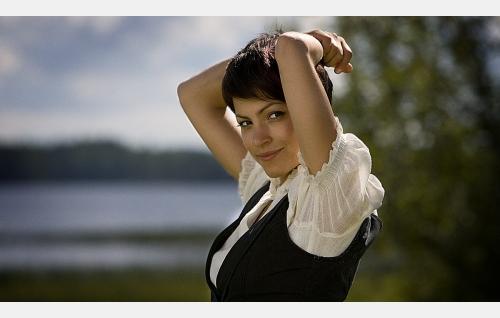 Lara (Jenni Banerjee).