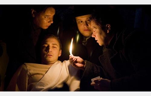 Ventti (Toni Wahlström, vas.), Hippo (Tuomas Uusitalo) ja Repe (Tatu Siivonen) ovat lyöneet Kasperin (Samuli Vauramo) puhumattomaksi ja liikkumattomaksi.