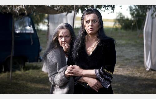 Helena (Kaarina Turunen) ja Martta (Sanna-Kaisa Palo).
