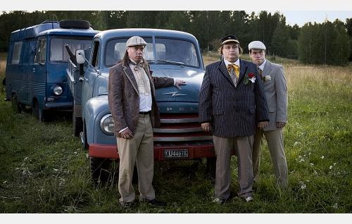 Ventti (Toni Wahlström), Hippo (Tuomas Uusitalo), Repe (Tatu Siivonen) ja perheen ajokalustoa.