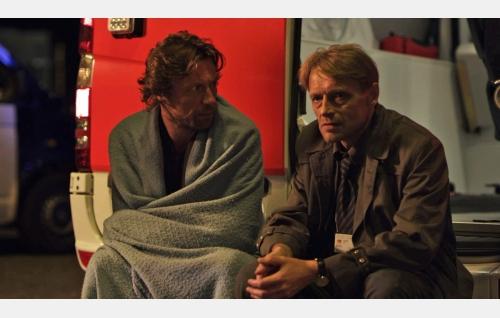 Vares (Antti Reini) ja komisario Hautavainio (Ilkka Heiskanen). Kuva: Solar Films Inc. Oy.