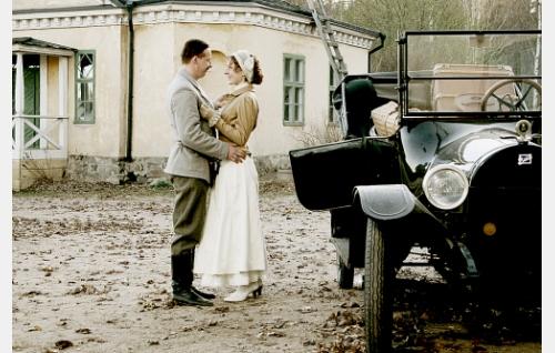 Tuomari Emil Hallenberg (Eero Aho) ja hänen vaimonsa Beata Hallenberg (Riina Maidre).