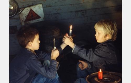 Veriveljet, Hapa 7-vuotiaana (Mikko Huida) ja Vähy 7-vuotiaana (Jarno Rajala).