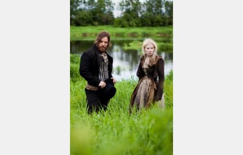 Esko (Mikko Leppilampi) ja Aino (Pamela Tola). Kuva: Antti Ruusuvuori, Yellow Film & TV Oy.