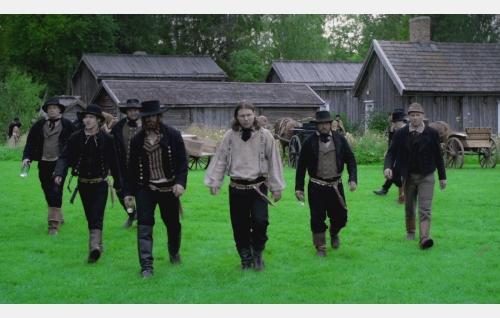 Esko, häjyjen johtaja (neljäs vasemmalta), rinnallaan lähimmät apurinsa Lehto (Olavi Uusivirta) ja Koskela (Eero Milonoff). Kuva: Antti Ruusuvuori, Yellow Film & TV Oy.