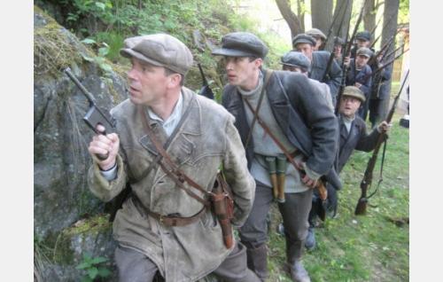 Yliluutnantti Melin (Nicke Lignell) johtaa joukkoaan. Kuva: Kinoproduction Oy.