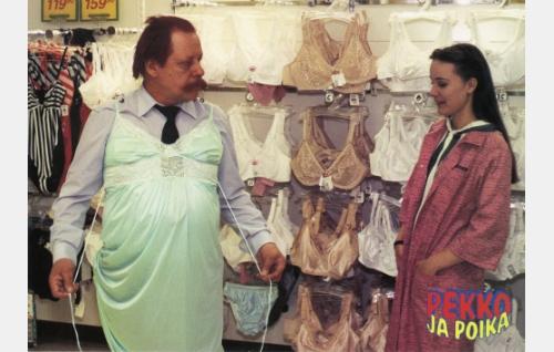 Reino, poliisi (Esko Nikkari) ja tavaratalon myyjätär (Susanne Sieppo).