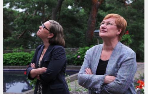Presidentti Tarja Halonen (oik.) ja kansliapäällikkö Päivi Kairamo-Hella. Kuva: Helsinki-filmi Oy.