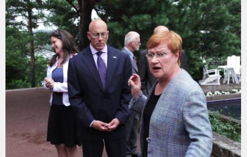 Presidentti Tarja Halonen ottaa vastaaan Kultarannassa Yhdysvaltain suurlähettilään Bruce Oreckin ja hänen puolisonsa. Kuva: Helsinki-filmi Oy.