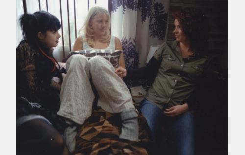 Jenni (Ada Kukkonen), Vilma (Laura Birn) ja BB (Elina Knihtilä).